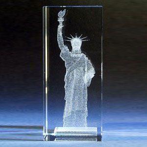 Vrijheidsbeeld in glazen blok met gravure